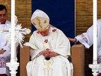 Папа римский уснул во время мессы