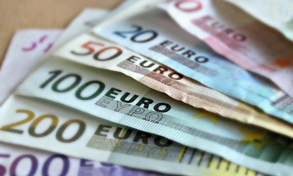 Курс евро превысил 70 рублей, доллар - 56,7