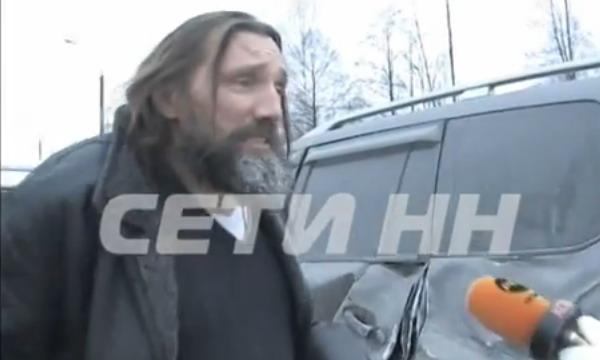 В России пьяный священник на Land Cruiser протаранил фуру и стал угрожать очевидцам оружием