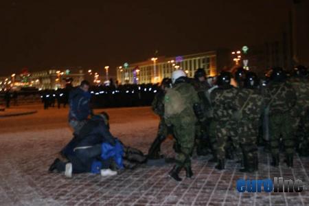 Избит и арестован кандидат в президенты Андрей Санников