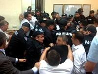 На процессе Тимошенко депутаты Рады подрались со спецназовцами