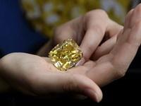 Желтый бриллиант весом более 100 карат установил рекорд цены на аукционе в Женеве