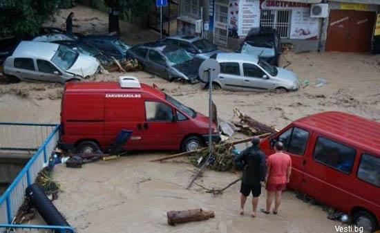 Потоп в болгарской Варне: 11 человек погибли, по улицам плывут машины