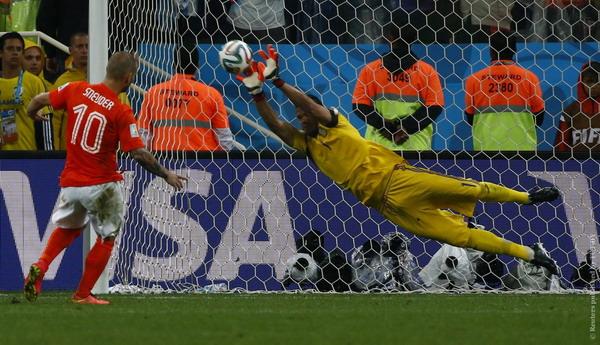 Аргентина в серии пенальти одолела Голландию и вышла в финал