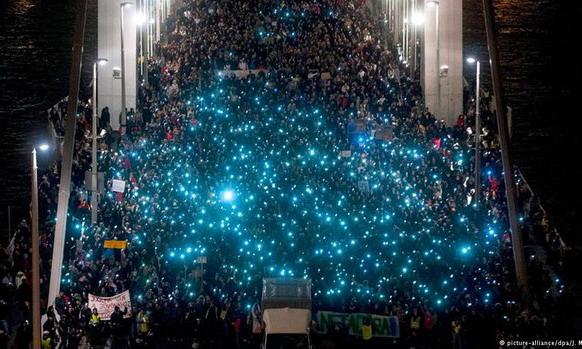 Венгры вновь протестуют против налога на интернет-трафик