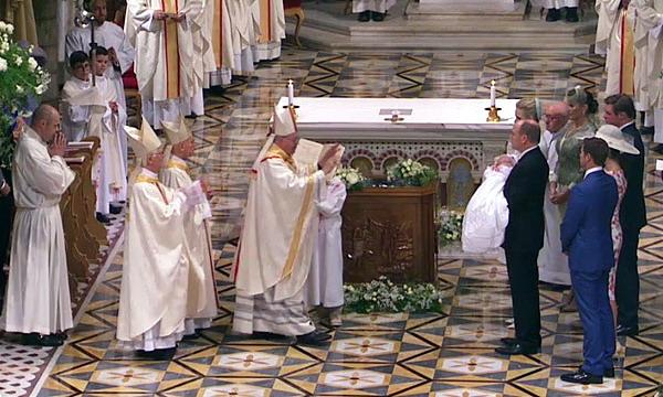 Князь Монако Альбер II и княгиня Шарлен крестили близнецов