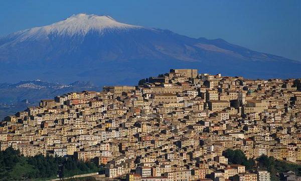 Недвижимость в Италии: в Сицилии можно купить дом за 2 евро