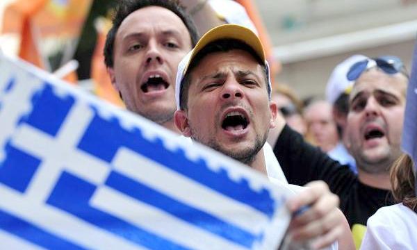Греки опасаются дефолта и снимают деньги со счетов