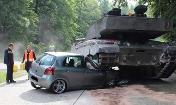 В Германии британский танкист переехал автомобиль 18-летней девушки