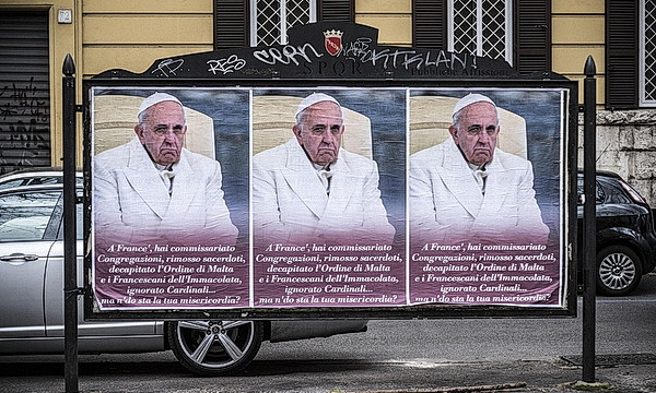 Неизвестные расклеили плакаты с критикой Папы Римского