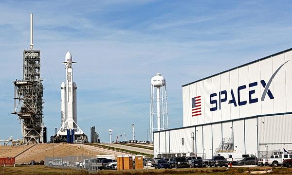 SpaceX запустила сверхтяжелую ракету Falcon Heavy